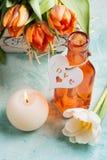 在木篮子和被点燃的cadle的橙色郁金香 库存图片