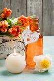 在木篮子和被点燃的cadle的橙色郁金香 免版税库存图片