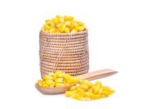 在木篮子的在白色隔绝的甜玉米和匙子 免版税图库摄影