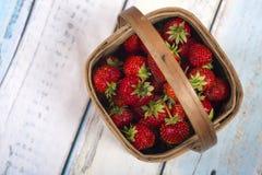 在木篮子的庭院草莓 免版税库存图片