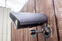 在木篱芭的一台老CCTV照相机 库存图片