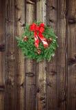 在木篱芭的圣诞节花圈 库存图片