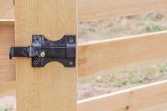 在木篱芭的门的伪造的螺栓 木篱芭细节的建筑 库存照片
