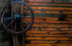 在木篱芭的马车车轮 库存照片