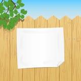 在木篱芭黏贴的一张空白的纸 库存照片