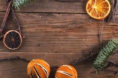 在木纹理的圣诞节装饰 免版税库存图片