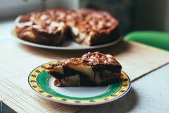 在木纹理的巧克力苹果蛋糕 免版税库存照片