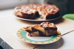 在木纹理的巧克力苹果蛋糕 免版税库存图片