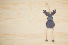 在木纹理的新年鹿 图库摄影