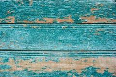 在木纹理的蔚蓝色色的破裂的油漆削皮 免版税库存图片