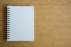 在木纹理的被打开的笔记本 库存图片