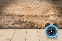 在木纹理的闹钟 免版税库存照片