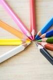 在木纹理的颜色铅笔 库存图片