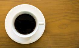 在木纹理背景安置的无奶咖啡顶视图 免版税库存照片