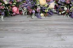 在木纹理背景的植物布置 免版税库存照片