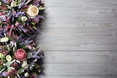 在木纹理背景的植物布置 库存照片
