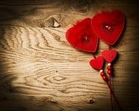 在木纹理背景的爱心脏 免版税库存照片