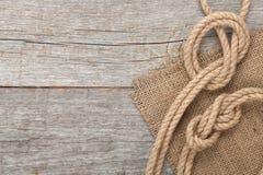 在木纹理背景的船绳索 库存图片