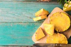在木纹理背景的菠萝 库存图片
