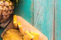 在木纹理背景的菠萝 库存照片