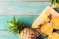 在木纹理背景的菠萝 图库摄影