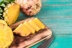在木纹理背景的菠萝 免版税库存图片
