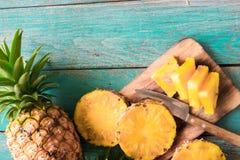 在木纹理背景的菠萝 免版税图库摄影