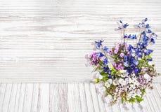 在木纹理背景水彩样式的花 免版税库存图片