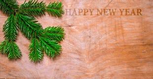 在木老土气背景的圣诞节绿色云杉的枝杈 库存照片