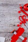在木背景、办公用品布局,一架红色玩具飞机和蕃茄 题字的地方 库存照片