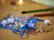 在木背景、月亮和星的圣诞装饰在蓝色背景 库存照片