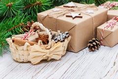 在木背景与圣诞节篮子,与拷贝空间的减速火箭的样式的圣诞节礼物 免版税库存照片