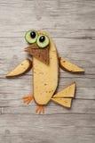 在木背景做的滑稽的三明治鸟 免版税库存照片