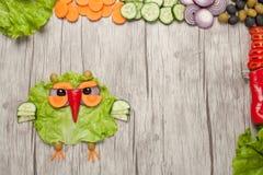 在木背景做的滑稽的菜猫头鹰 库存照片