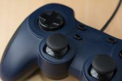 在木背景关闭的电子游戏控制器透视vi 免版税库存图片