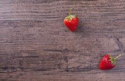 在木背景和空间的两个草莓措辞的 库存照片