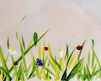 在木背景和花绘的草 免版税库存照片