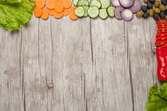 在木背景射击的各种各样的新鲜蔬菜 免版税库存图片