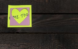 在木背景张贴的心形的黏着性笔记的仿造的hashtag 免版税库存图片