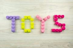 在木背景拼写的词玩具 免版税库存图片