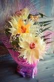 在木背景概念节日礼物生日美妙地装饰的三朵兰花花束  免版税库存图片