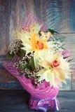 在木背景概念节日礼物生日美妙地装饰的三朵兰花花束  库存图片