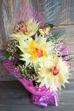 在木背景概念节日礼物生日美妙地装饰的三朵兰花花束  免版税库存照片