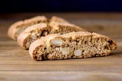 在木背景点心关闭的自创Biscotti Cantuccini意大利杏仁甜点饼干曲奇饼 图库摄影