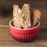 在木背景点心正方形的自创Biscotti Cantuccini意大利杏仁甜点饼干曲奇饼 免版税库存照片
