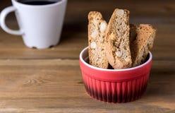 在木背景点心水平的拷贝空间的自创Biscotti Cantuccini意大利杏仁甜点饼干曲奇饼 库存照片