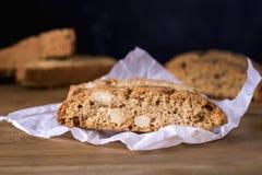 在木背景点心的自创Biscotti Cantuccini意大利杏仁甜点饼干曲奇饼 库存图片
