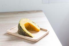 在木背景煮沸的南瓜 免版税库存图片