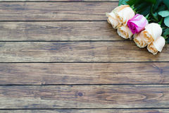 在木背景的七朵玫瑰 库存照片
