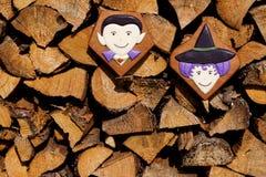 在木背景的万圣夜自创姜饼曲奇饼 库存照片